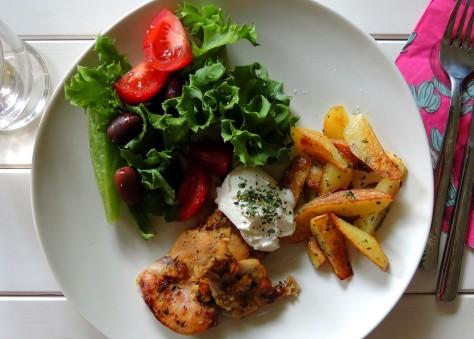 Sitruunakanaa, maalaisperunat, salaattia ja kreikkalaista jogurttia